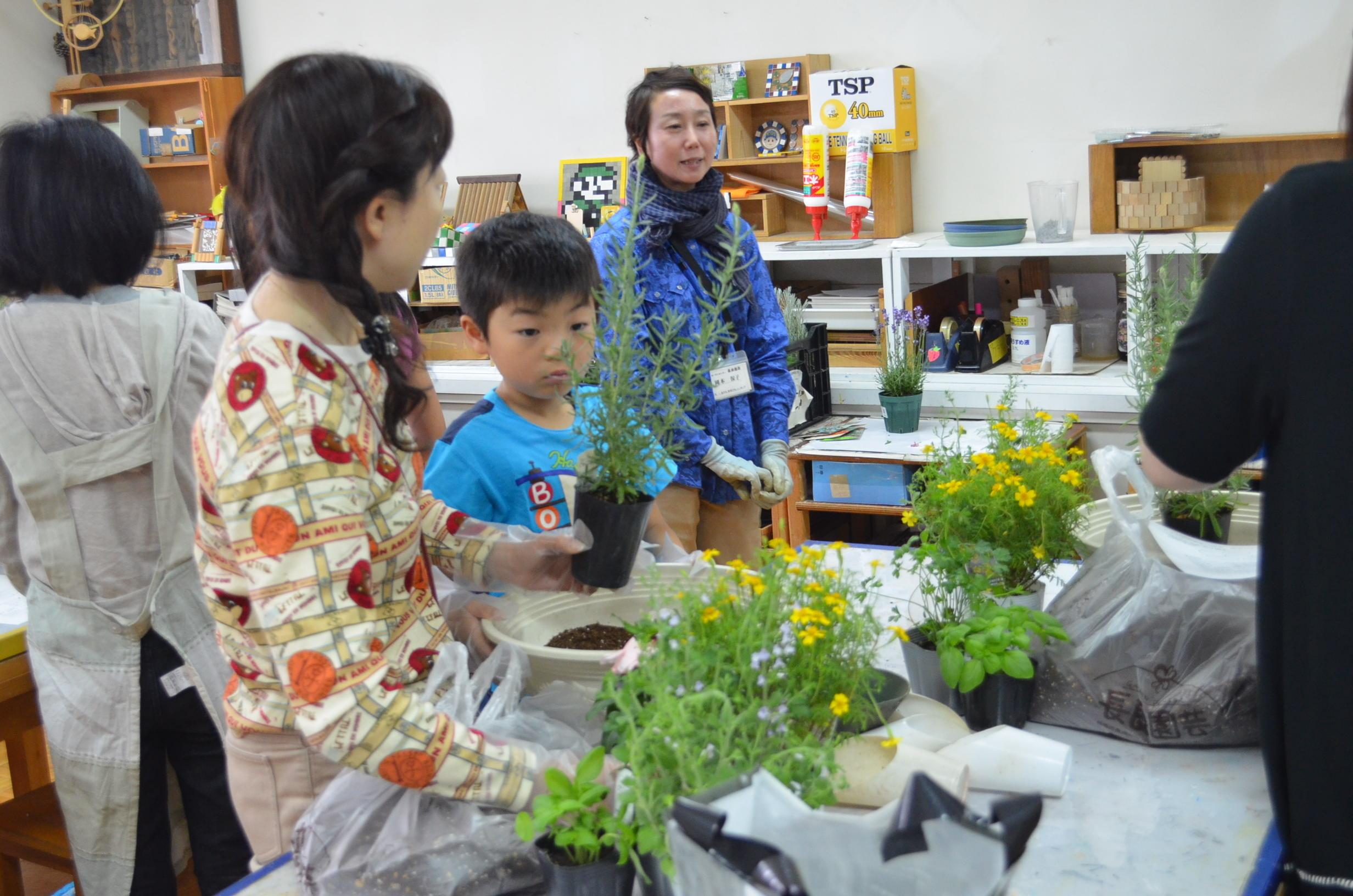 プロから学ぶ ハーブと花の寄せ植え作り